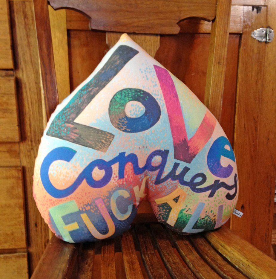 Small printed cushion - Love Conquers F*ck All de Sandra Eterovic