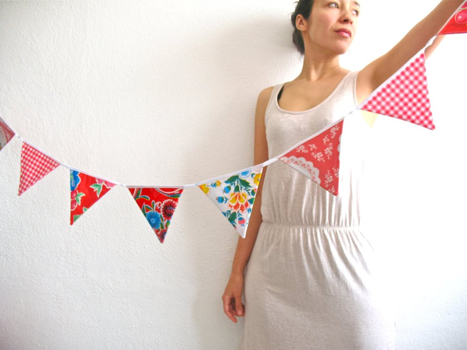 Oilcloth bunting pretty in red for weddings, nursery, party or decoration de Vebo