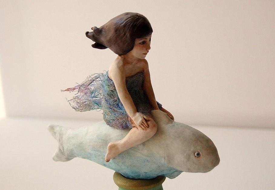 Girl riding fish - sculpture de CristinaGrueso