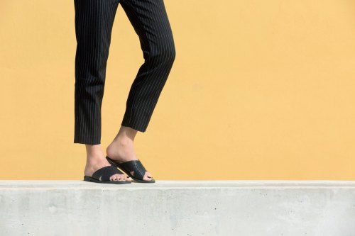 Handcrafted criss cross leather slides in black embossed leather de AlmyraSandals
