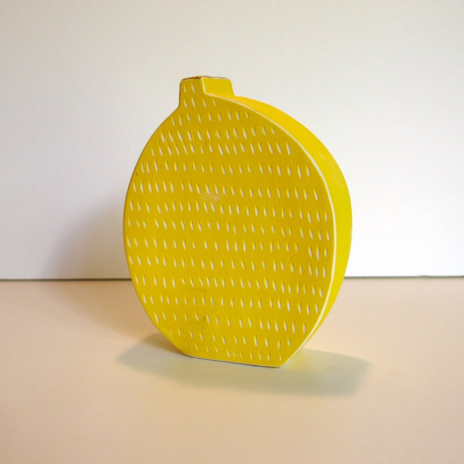 small yellow porcelain vase with scrafitto pattern and bright gold luster de gonetopottexas