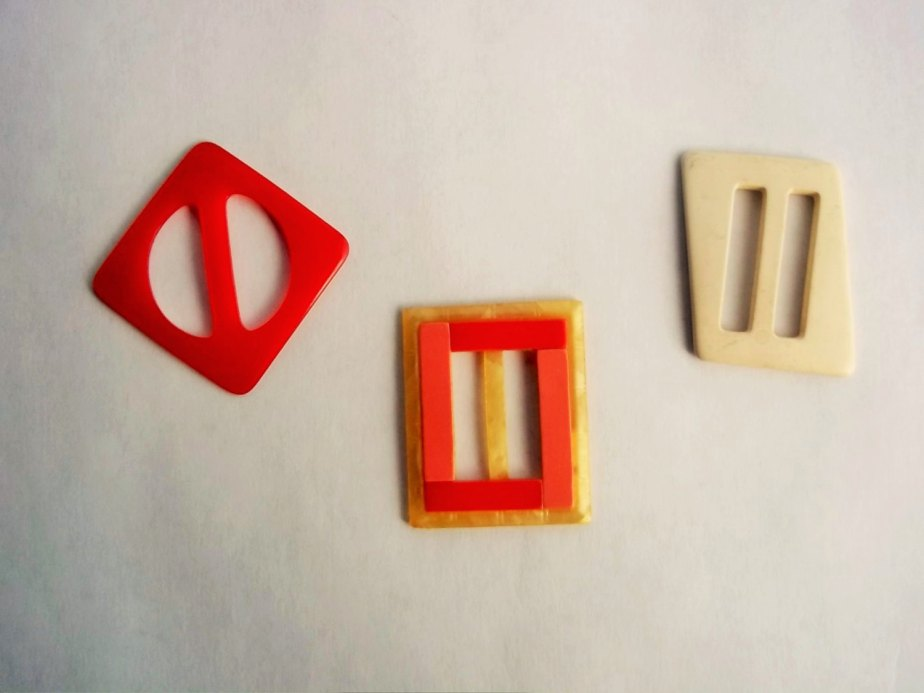 Vintage Buckles, Three (3) Buckles in Colors of Red, Ivory, and one is a Mutli-Colored Pink, Red, and Marbled Cream, Scarf or Sash Buckle de ThrowItForward